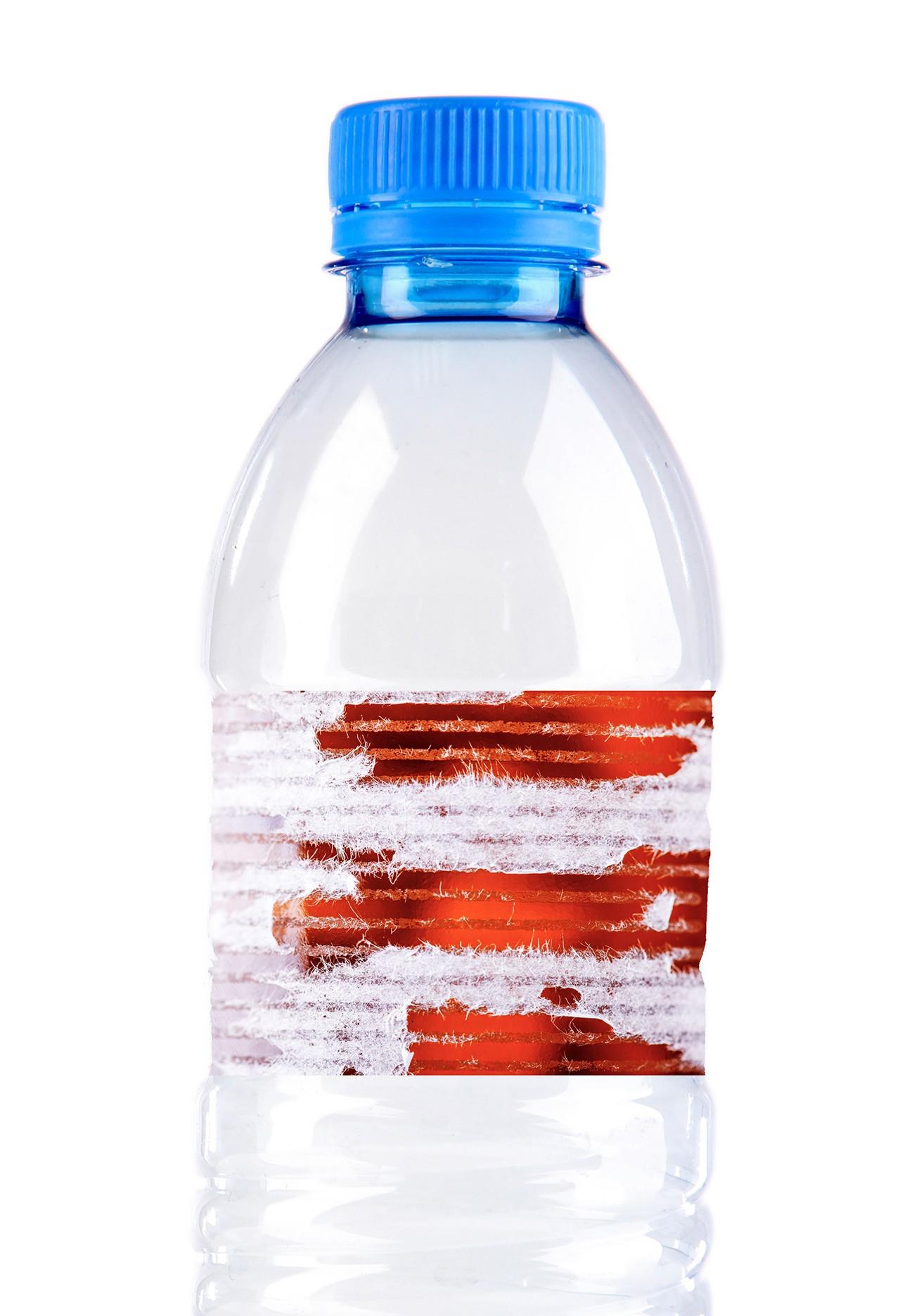 Kleberückstände eines Etiketts auf einer Plastikflasche