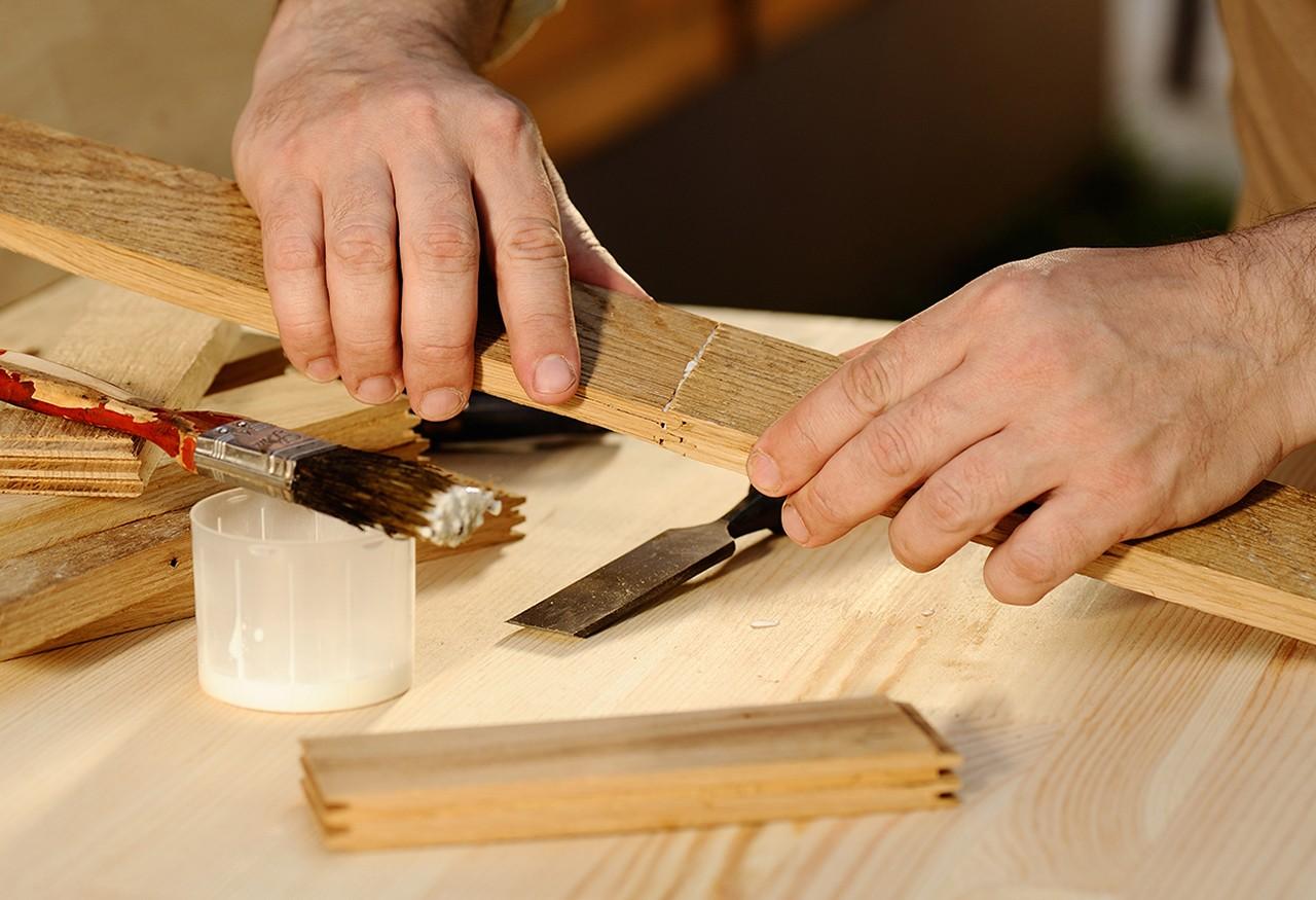 Eine Person klebt Holz