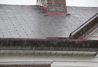 Ein Hausdach im Gewitter