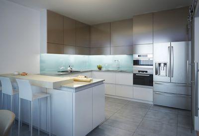 Mann in einer renovierten Küche
