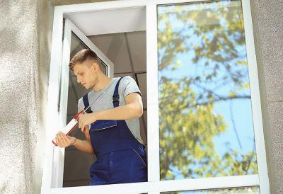 Mann in Hemd arbeitet an Haus