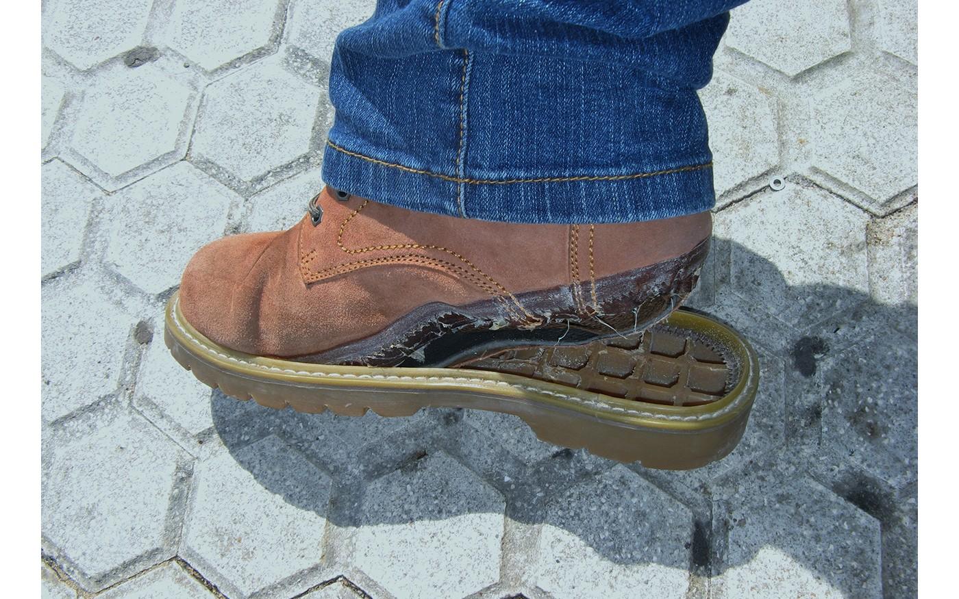 Lose Schuhsohle an einem Lederschuh