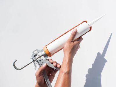 Kartuschenpistolen-Anwendung: Lücken füllen wie ein Profi