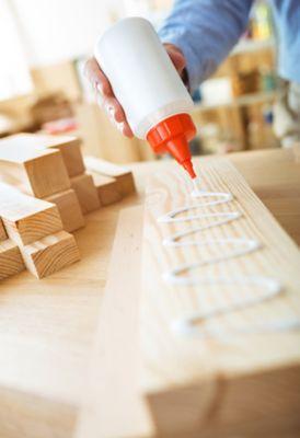 PVA-Kleber auf Holzoberfläche
