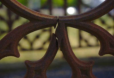 Poteau en métal et colle époxy