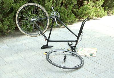 Vélo cassé.