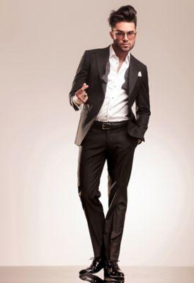 Un homme d'affaires marche avec d'élégantes chaussures en cuir.