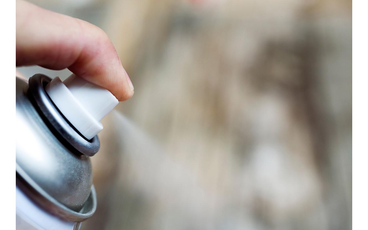 Un aérosol contenant de la colle