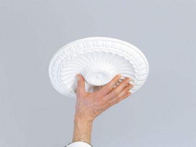 Ragassza fel a díszlécet, rozettát vagy gipszstukkó elemet a Pattex Fix Stukkó ragasztó segítségével