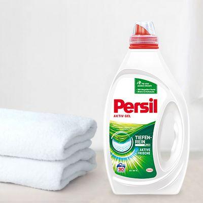 Die weiße Persil Flasche mit zwei Handtüchern