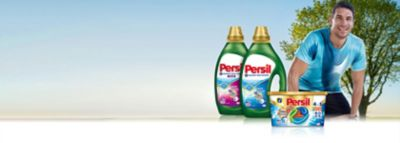 """Skalbimo diskai ir gelis """"Persil"""" su kvapus neitralizuojančia technologija šalia sportuojančio atleto."""