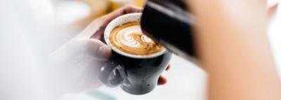 Na kapučinu ili kavi se stvara slika pomoću mliječne pjene.