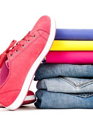 Un teanc de haine împachetat, pantofi sport din material textil în stânga.