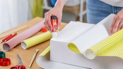 Wie das Geschenkpapier an die Box geklebt wird