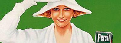 Detajl starodobnega oglasnega plakata za Persil: ženska v beli obleki se z eno roko drži za klobuk, v drugi roki drži zavoj Persila, na zeleni podlagi.