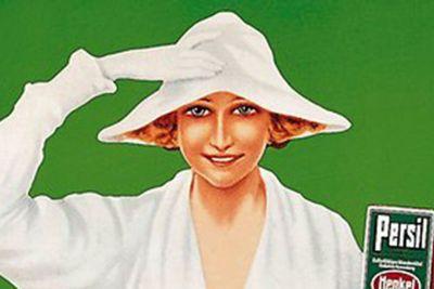 Detaliu a unei reclame tip poster: O femei îmbrăcată în rochie albă și pălărie albă, ținând un pachet de Persil, în fața unui fundal verde