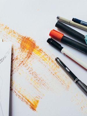 Diferite creiaone pe un fundal alb, pictat în mijloc cu dungi galbene, portocalii și maro.