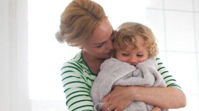 Eine Mutter kuschelt mit Kind