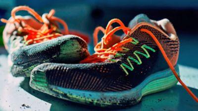 Schmutzige sportschuhe in neon farben