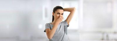 Frau in T-Shirt mit Schweißfleck