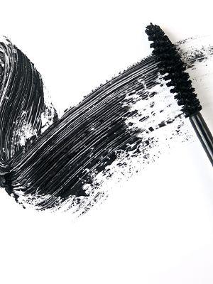 Ein Mascara-Pinsel, der ein schwarzes Muster auf weißem Hintergrund hinterlässt.