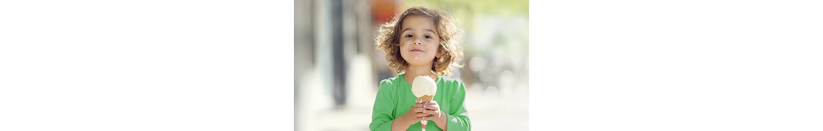 kleinkind mit grünem shirt hält waffel mit großer eiskugel in händen
