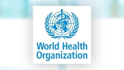 Das World Health Organization Logo vor einem verschwommenen Hintergrund.