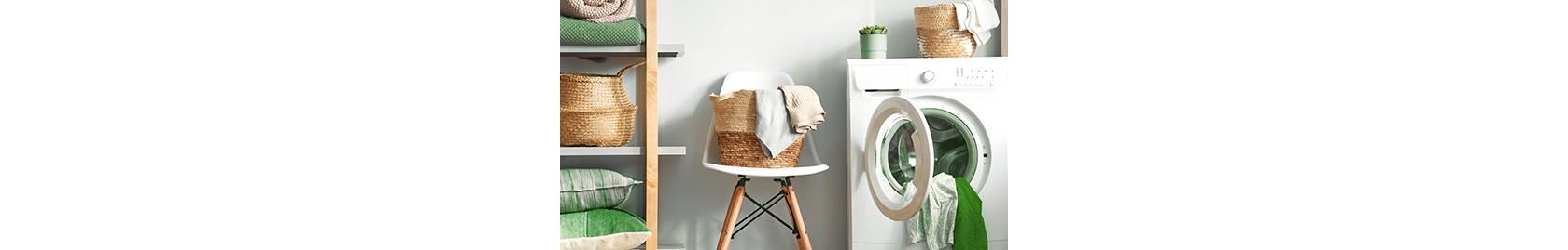 offene waschmaschine neben stuhl mit frischer wäsche