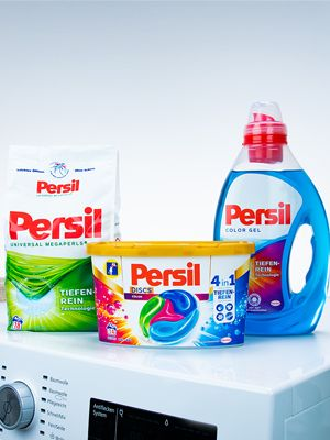 Verschiedene Persil Produkte auf einer Waschmaschine.