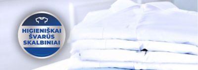 """Išskalbti ir sulankstyti skalbiniai, o šalia jų - """"higieniškai švarių skalbinių"""" spaudas."""