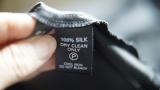 Eine Nahaufnahme des Pflegeetiketts eines Kleidungsstücks – im Hinblick auf Nachhaltigkeit und Slow Fashion spielt das Material eine wesentliche Rolle