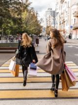 Zwei Fast-Fashion-Konsumenten mit Einkaufstüten