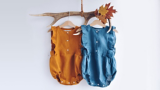 Zwei wunderschöne OMOLOKO Strampler aus nachhaltigen Materialien