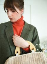 Neutrale Töne dominieren in Nicoles Kleiderschrank Hier kombiniert sie waldgrüne, kupfer- und elfenbeinfarbene Töne.