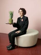 Carmen Hijosa hält ein Tablett mit ihrer wichtigsten Ressource für ihre Öko-Mode: eine Ananas