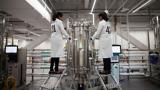Zwei Wissenschaftlerinnen von dem in Kalifornien ansässigen Unternehmen Bolt Threads arbeiten an einem der Prozesse, um den innovativen, nachhaltigen Stoff herzustellen