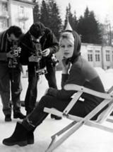 Die Geschichte des Schals und Tuchs in der Modewelt: Brigitte Bardot trägt ein Kopftuch