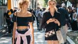 Zwei junge Frauen, die die Straße heruntergehen