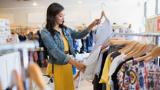 Eine Frau, die über ihre Kaufentscheidungen nachdenkt – die Grundvoraussetzung für einen nachhaltigen Kleiderschrank