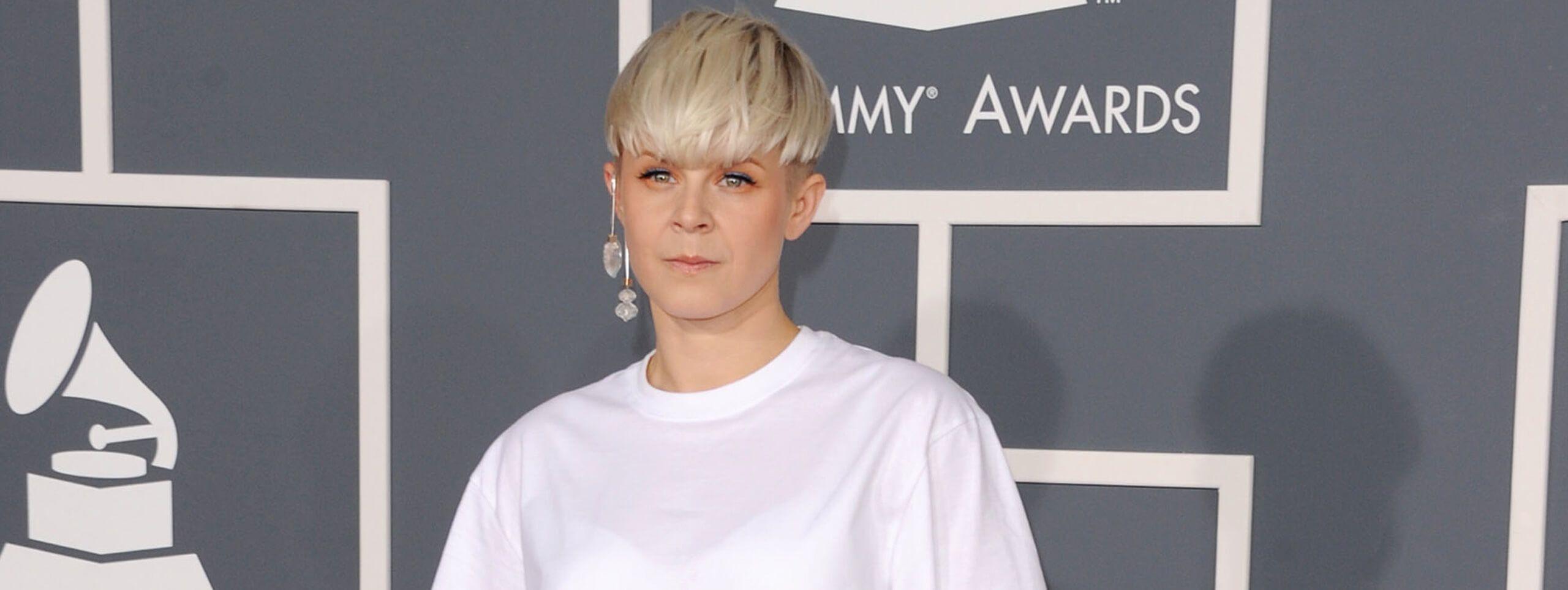 Piosenkarka Robyn z krótkimi blond włosami