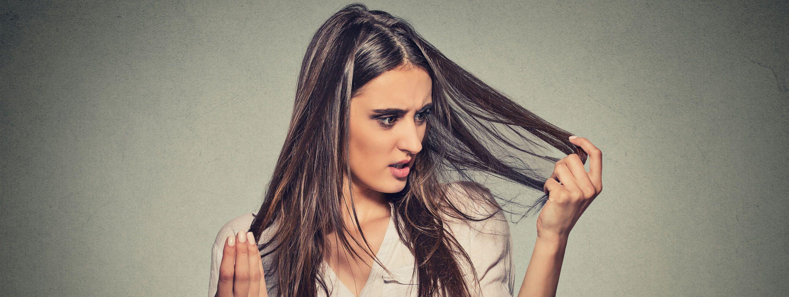 Przerażona kobieta trzymająca włosy