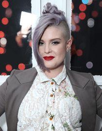 Kelly Osbourne presenta su corte con pelo lila de la mejor manera, con un recogido y labios impactantes