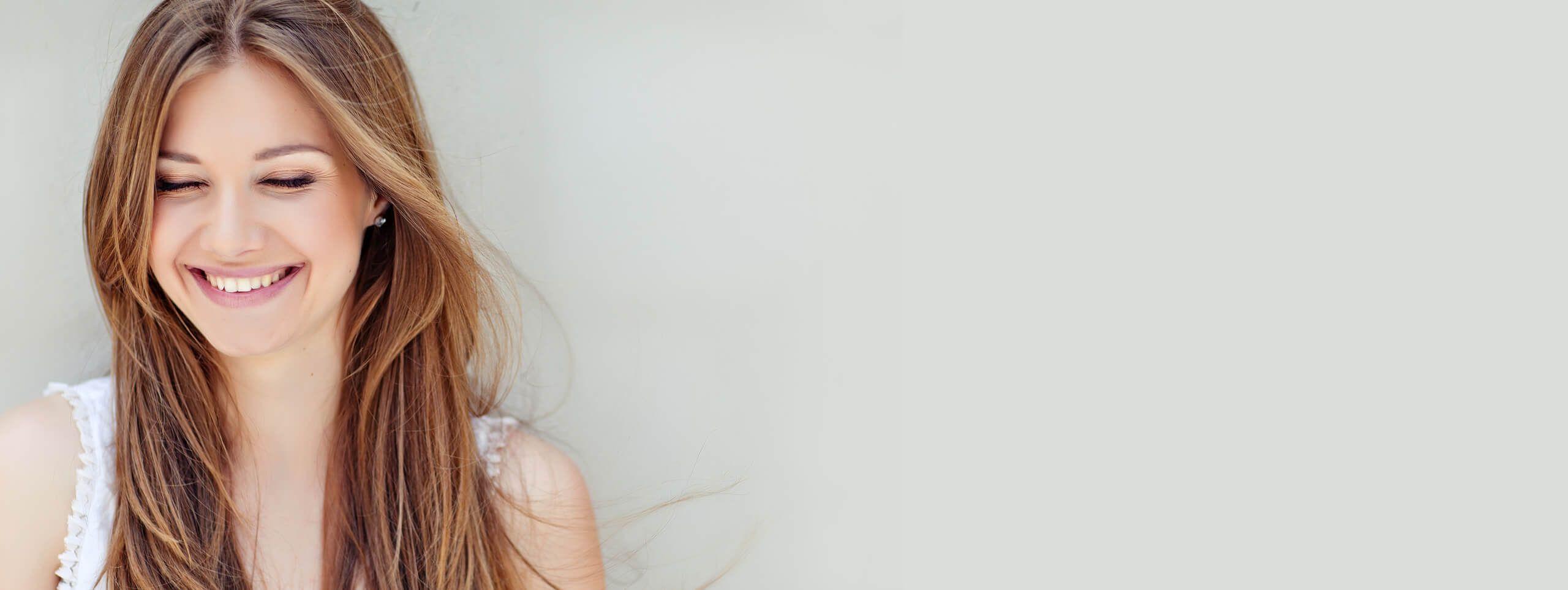 Radosna kobieta z brązowymi długimi włosami
