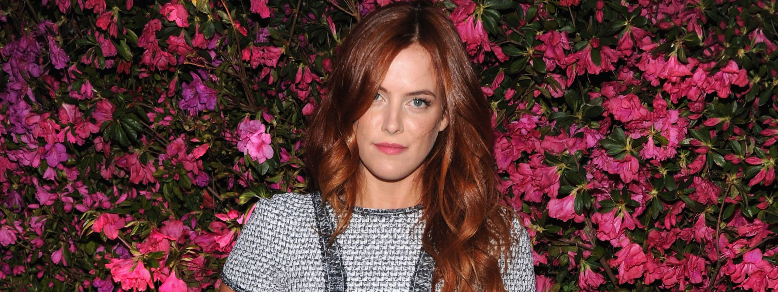 Riley Keough con capelli rossi