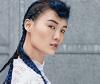 Rolemodel mit blauen Haaren