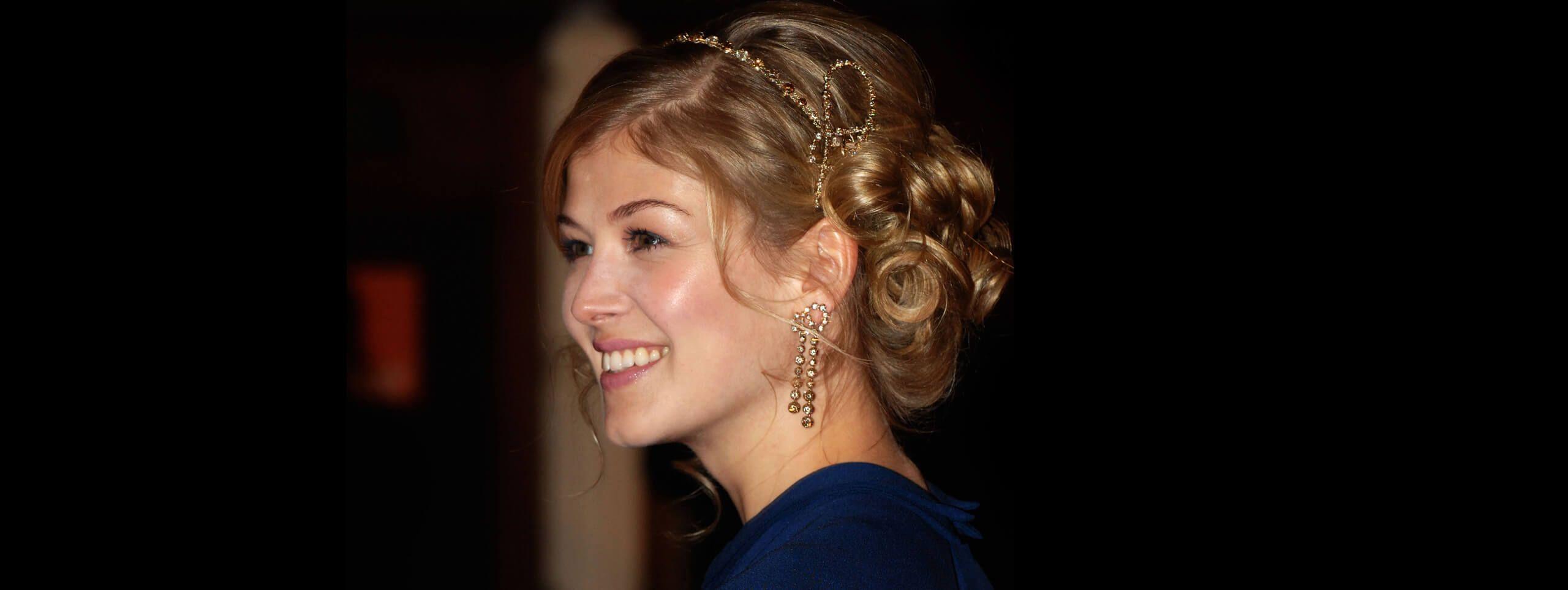 Rosamund Pike z biżuterią we włosach