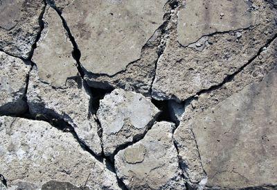 surface béton fissure trou