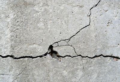 mur béton fissure trou