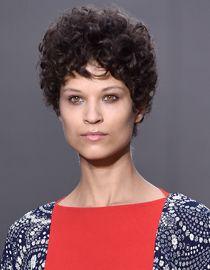 Kobieta z ciemnymi czekoladowymi włosami