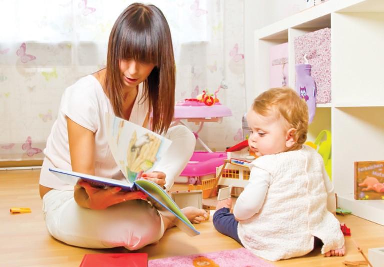 正在给孩子读书的女士